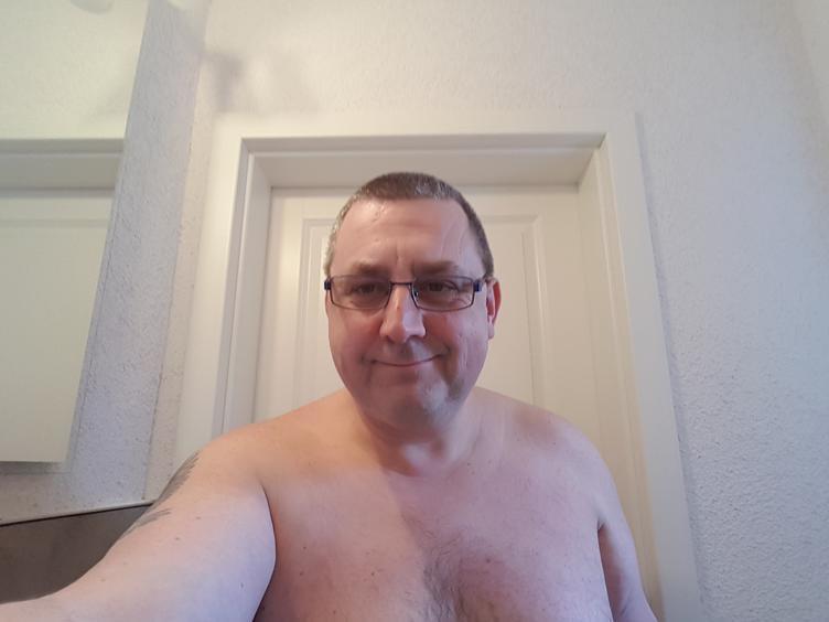 Ich bin ein 48 Jähriger kleiner etwas Dicklicher Mann! Ich habe einen so genannten Blut Penis, wenn Du wissen willst was das ist zeige ich es Dir. Mein Name ist Jim!
