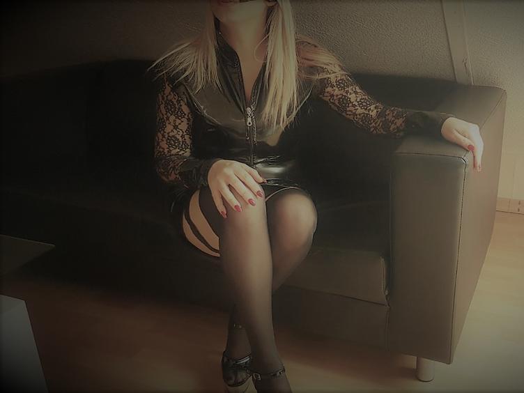 Ich bin ein süßes, versautes Früchtchen, das gerne vernascht wird. Würde mich freuen, wenn ich Dich mal kennenlernen dürfte. 😉 Lass Dich von mir sanft, aber nachdrücklich in die bizarre Welt einführen. Wenn Du geil bist, dann lass uns doch gemeinsam unsere Lust befriedigen, und schau in meinem Chat vorbei.