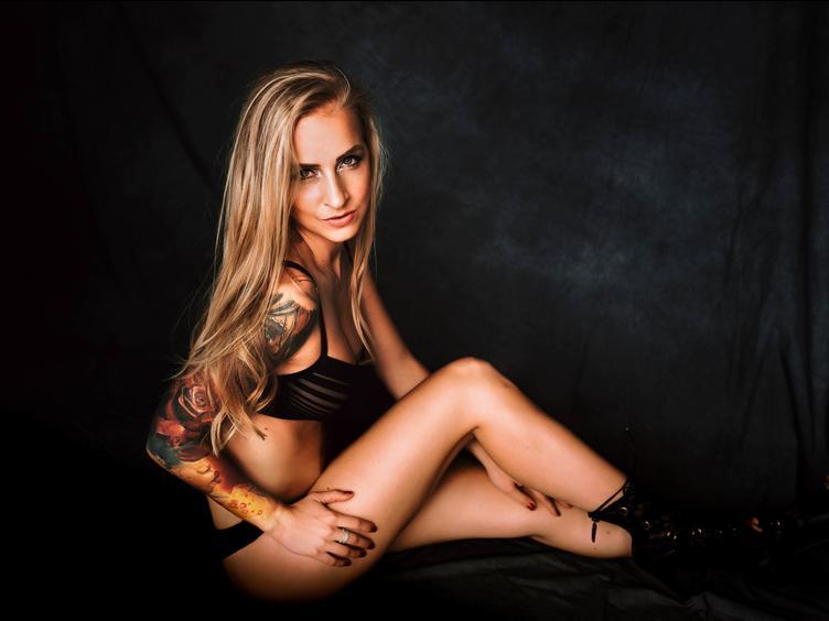 Ich bin ein einzelnes blondes schönes Mädchen aus Mitteleuropa, Ich liebe es, wilde und geile Shows für dich zu machen. Ich liebe es zu reden, zu necken, Striptease, zu berühren, zu lecken, zu fingern, Spielen mit Spielzeug, dp, anal, Füßen, Absätzen, alles was du magst.