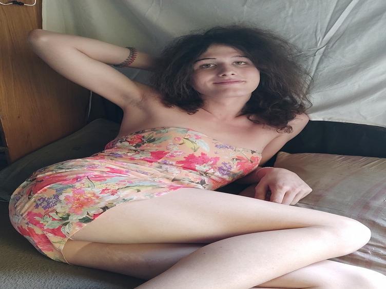 Hallo Leute, ich bin Fanni, ein sehr sinnliches und heißes Transmädchen. Ich liebe es, diese Welt und meinen Körper zu entdecken.