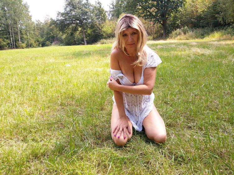Ich bin eine normale, natürliche reife Lady, die sich gerne zeigt. Ich mag Originelle Komplimente ebenso wie Deine Aufmerksamkeit.