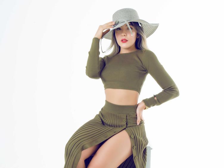 Willkommen Sie können mich FrancescaEve nennen, professionelles Model aus Kolumbien, heiße Latina, Nymphomanin und ein Mädchen mit vielen Fähigkeiten. Ich denke, ich kann Menschen verstehen und ich genieße Sex, damit wir unsere Zeit nutzen können, um besser zu sein und vulgär nach Luft zu schnappen, während du mich heftig zum Wichsen bringst.  Teile mit mir all deine Geilheit und ich werde es gerne mit dir tun.  Ich hoffe wir sehen uns bald.