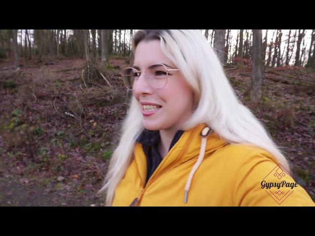 Im Wald mit beschnittenem Spaziergänger gemeinsam GEW*CHST…